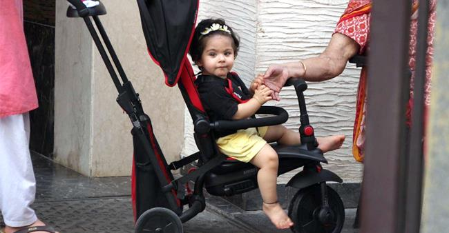Soha And Kunal's Bundle Of Joy Inaaya Papped Out Strolling, Waves Back At Paparazzi