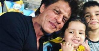 Ziva Dhoni is again in the highlights as her picture with Shah Rukh Khan is going viral.