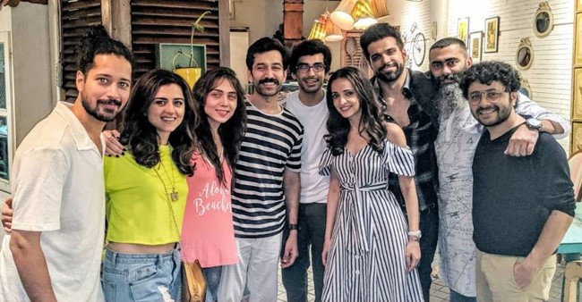 Nakuul Mehta and Sanaya Irani had a gala time with friends over food