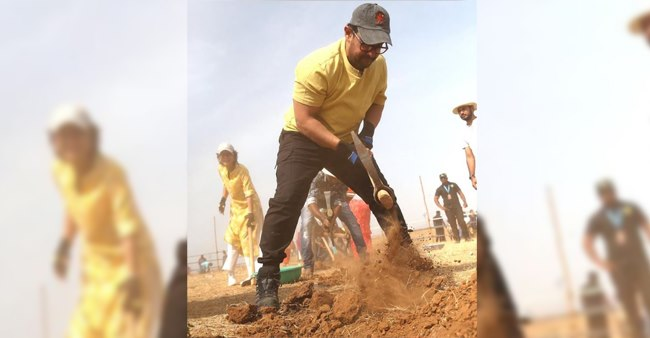 Aamir, Kiran travelling across Maharashtra; actor digs canal on Labour Day; Watch videos