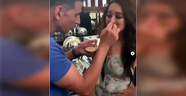 Mission Mangal: Akshay Kumar helps Sonakshi Sinha with her makeup, watch video
