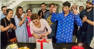 Sara Ali Khan celebrates her birthday with mom Amrita Singh and the cast of Coolie no. 1, see pics