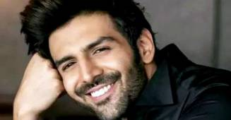 Video: Kartik Aaryan watches Pati Patni Aur Woh with family, drops a witty caption for his mom