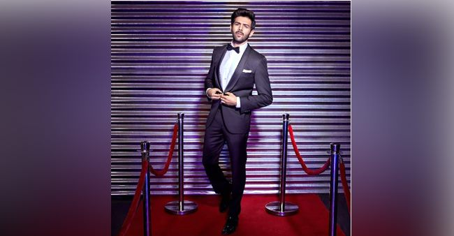 Kartik shares a dapper pic in front of a shutter, takes a witty dig at the lockdown; See pic