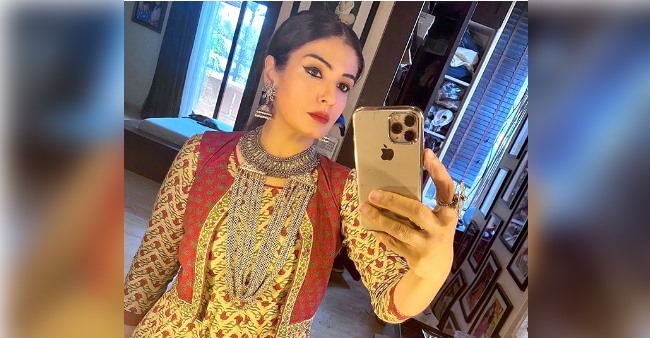 Raveena Tandon shares her experience of hosting a show during the lockdown with a BTC pic