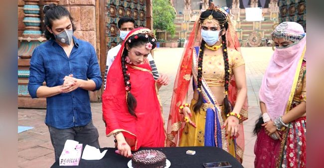 Pics: RadhaKrishn fame Mallika Singh turns 20, celebrates her birthday on sets