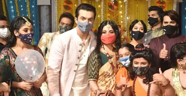 Mohsin Khan Rejoices 29th Birthday With YRKKH's Cast; Enjoys Special Dinner Date With Family
