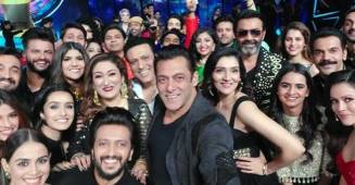 Indian Pro Music League: Sallu Clicks A Selfie With Mika, Bobby & Others; Says 'Chal Mega Selfie Lele Re'