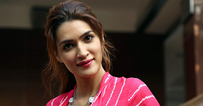 Kriti Slipped & Almost Fell Before A Posing Session For Papz; Netizens Had A Funny Reaction