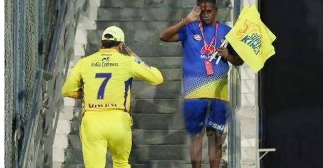 MS Dhoni 'Salute' gesture for CSK staff is stirring heartwarming emotions among fans
