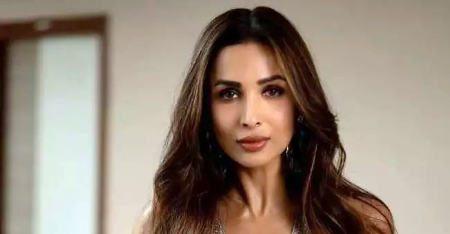 Malaika Arora Performs Vrikshasana, Naukasana & Utkatasana With Ease; Watch