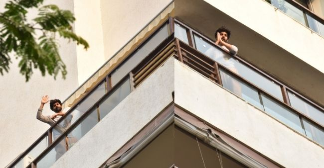 Kartik Aaryan waves a smile to the paparazzies standing outside his house