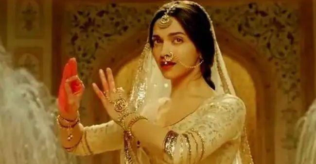 Mira Rajput Kapoor posts a Virgo Vibes selfie on Instagram
