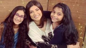 Sushmita Sen becomes the hairdresser for her youngest daughter