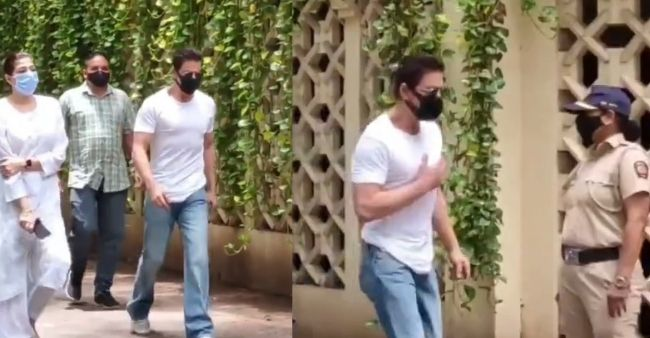 When Shah Rukh Khan entered late Dilip Kumar's residence, left his fans awestruck with this sweet gestures, watch the video