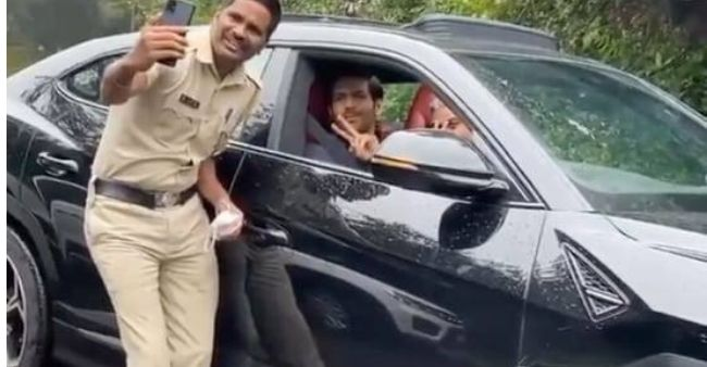 Kartik Aaryan loses his way while in Panchgani, asks a cop for directions who takes selfie with him instead